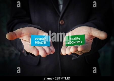 Une décision équilibrée entre la santé humaine ou le maintien de l'économie pendant la pandémie du coronavirus Covid-19. Crise économique ou risque d'infection est Banque D'Images