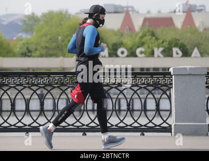 Moscou, Russie. 27 mai 2020. Un homme qui se prend à la rivière Moskva dans le contexte de la pandémie COVID-19. Le régime d'auto-isolement en Russie est prolongé jusqu'au 31 mai afin d'empêcher la propagation du nouveau coronavirus. Credit: Mikhail Metzel/TASS/Alay Live News Banque D'Images