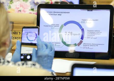MOSCOU, RUSSIE - 27 MAI 2020 : les écrans affichent un graphique lors d'une réunion plénière de la Douma d'Etat russe. Service de photo de la Douma d'État russe/TASS Banque D'Images