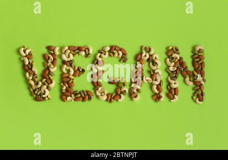 Mot vegan fait de noix sur un fond vert