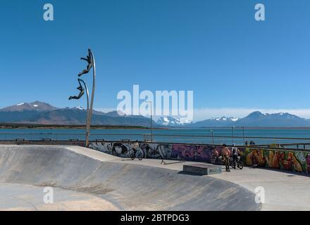 parc de skate et monument au vent dans la ville de Puerto Natales, Patagonie, Chili Banque D'Images