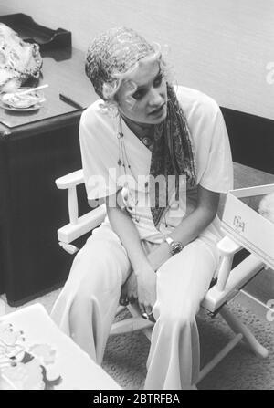 Le super modèle des années 60 « Twiggy » est en coulisses avant un défilé de mode en 1968. Dame Lesley Lawson DBE - née le 19 septembre 1949 - est une mannequin, actrice et chanteuse anglaise, largement connue sous le surnom de Twiggy. Elle était une icône culturelle britannique et un modèle adolescent de premier plan pendant les années 60 à Londres. Twiggy était initialement connue pour sa construction mince (ainsi son surnom) et l'apparence androgyne considérée comme résultant de ses grands yeux, de longues cils et de cheveux courts. Elle a été nommée « le visage de 1966 » par le Daily Express et élue femme britannique de l'année. En 1967, elle avait modelé sur le plan international. Banque D'Images