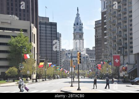 Les gens apprécient le temps printanier tout en maintenant la social-distance à Philadelphie, États-Unis pendant la pandémie Covid-19 mettant en vedette: Atmosphère où: Philadelphie, Pennsylvanie, États-Unis quand: 26 avril 2020 crédit: Hugh Dillon/WENN.com Banque D'Images