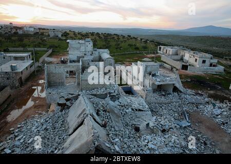 22 mars 2020 : Alep Syrie. 26 février 2020. Des bâtiments sont détruits et en ruines dans la ville fantôme de Taqad, dans la campagne ouest d'Alep, à la suite de frappes aériennes menées par les forces gouvernementales syriennes et leur allié russe. Les forces gouvernementales se sont engagées depuis décembre dernier dans une offensive contre le bastion majeur contrôlé par l'opposition dans le nord-ouest du pays, ciblant la région d'Idlib, ainsi que la province voisine d'Alep, à l'ouest. La récente escalade militaire a conduit au déplacement des habitants des villes et villages attaqués (Credit image: © Juma Mohammed/IMA Banque D'Images