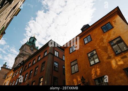 Vue à angle bas sur les anciens bâtiments de Gamla Stan, la vieille ville médiévale de Stockholm Banque D'Images