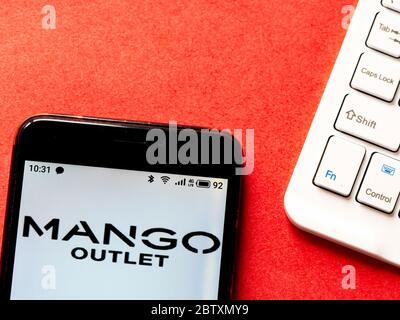 Ukraine. 28 mai 2020. Sur cette photo, un logo Mango Outlet apparaît sur un smartphone. Crédit: Igor Golovniov/SOPA Images/ZUMA Wire/Alamy Live News Banque D'Images