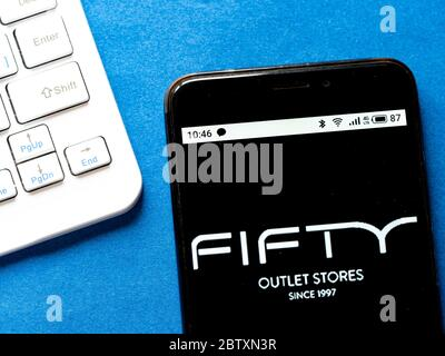 Ukraine. 28 mai 2020. Sur cette photo, un logo Fifty Outlet Stores est affiché sur un téléphone intelligent. Crédit: Igor Golovniov/SOPA Images/ZUMA Wire/Alamy Live News Banque D'Images