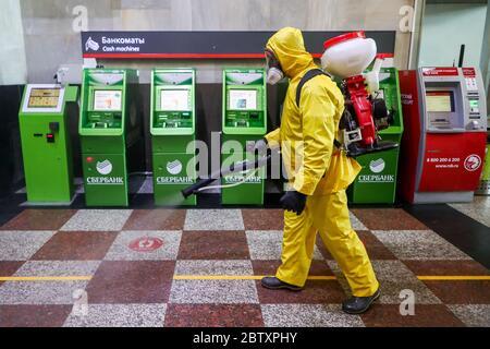 MOSCOU, RUSSIE - 28 MAI 2020 : un employé du ministère russe des situations d'urgence procède à la désinfection de la gare de Kazansky dans le contexte de la pandémie COVID-19. Anton Novoderezhkin/TASS Banque D'Images