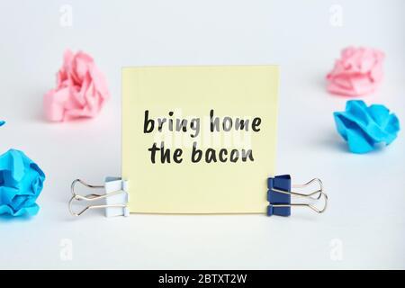 apportez le bacon - l'idiome anglais de l'heure lettrage à la main sur des blocs de bois.