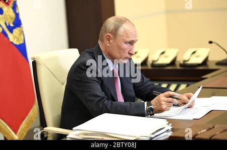 27 mai 2020. - Russie, région de Moscou, Novo-Ogaryovo. - le Président russe Vladimir Poutine lors d'une réunion vidéo-conférence à la résidence Novo-Ogaryovo avec Aleksey Ostrovsky, gouverneur de la région de Smolensk. Banque D'Images