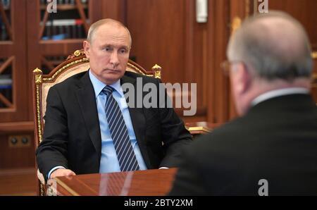 28 mai 2020. - Russie, Moscou. - le président russe Vladimir Poutine (à gauche) et le président transné Nikolay Tokarev lors d'une réunion au Kremlin de Moscou. Banque D'Images