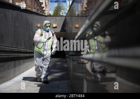 Moscou, Russie. 28 mai 2020. Un employé municipal désinfecte un passage piétonnier souterrain à Moscou, en Russie, le 28 mai 2020. La Russie a confirmé 8,371 nouveaux cas de COVID-19 au cours des 24 dernières heures, portant son nombre total d'infections à 379,051, a déclaré son centre de réponse au coronavirus jeudi. Credit: Alexander Zemlianichenko Jr/Xinhua/Alay Live News Banque D'Images