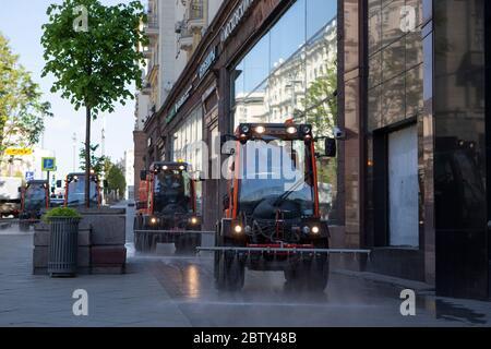 Moscou, Russie. 28 mai 2020. Les véhicules de service public désinfectent une rue dans le centre de Moscou, en Russie, le 28 mai 2020. La Russie a confirmé 8,371 nouveaux cas de COVID-19 au cours des 24 dernières heures, portant son nombre total d'infections à 379,051, a déclaré son centre de réponse au coronavirus jeudi. Credit: Alexander Zemlianichenko Jr/Xinhua/Alay Live News Banque D'Images