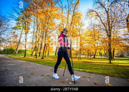 Marche nordique - moyen-âge woman working out in city park