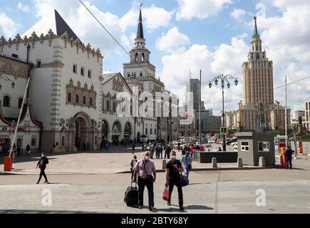 Moscou, Russie. 28 mai 2020. Les gens marchent, avec la gare de Kazansky (L) et l'hôtel Hilton Moscow Leningradskaya (R) en arrière-plan, dans le contexte de la pandémie COVID-19. Credit: Anton Novoderezhkin/TASS/Alay Live News Banque D'Images