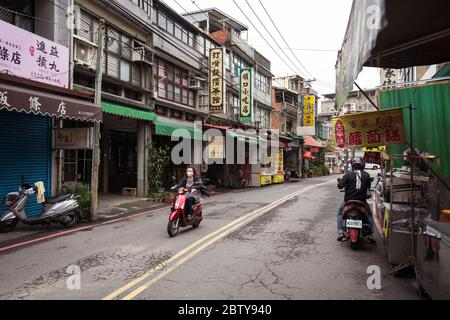 Hsinchu / Taiwan - 15 septembre 2019: Rues de Taïwan avec enseignes et motos pendant la journée