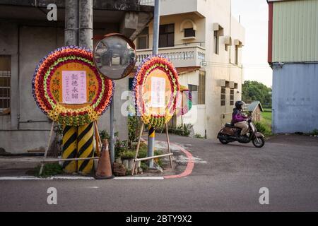 Hsinchu / Taïwan - 15 septembre 2019: Couronne de fleurs traditionnelles fonctionnant comme un tableau d'affichage pour annoncer la mort d'une personne dans une maison voisine à Hsinchu, Taiwan
