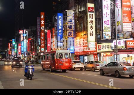 Hsinchu / Taiwan - 15 septembre 2019: Rues de Taïwan avec enseignes et motos pendant la nuit
