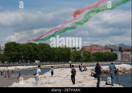 Naples, CAMPANIE, ITALIE. 28 mai 2020. 05/28/2020 Naples, les flèches tricolores de l'Armée de l'Air italienne défilent dans le golfe de Naples pour la fête de la République italienne crédit: Fabio Sasso/ZUMA Wire/Alamy Live News Banque D'Images
