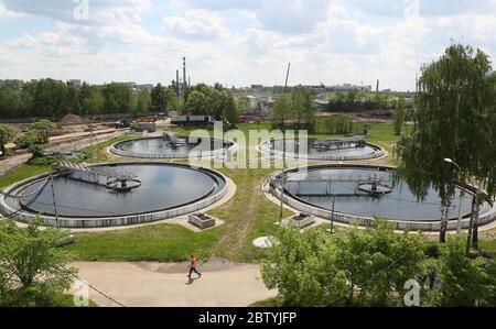 Région de Moscou, Russie. 28 mai 2020. Vue sur les clarificateurs de l'usine de traitement d'eau de Shchelkovo. Traitant les eaux usées domestiques et industrielles de trois villes et de divers districts de la région, l'usine de traitement des eaux de Shchelkovo est la plus grande installation urbaine de la région de Moscou. Depuis 2019, la région de Moscou met en œuvre un projet de restauration à grande échelle visant à réduire de trois à la fin de 2024 la quantité d'eaux usées polluées rejetées dans la Volga. Crédit: Gavriil Grigorov/TASS/Alay Live News Banque D'Images