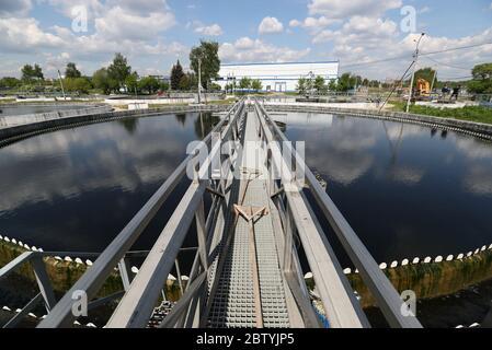 Région de Moscou, Russie. 28 mai 2020. Vue d'un clarificateur à l'usine de traitement d'eau de Shchelkovo. Traitant les eaux usées domestiques et industrielles de trois villes et de divers districts de la région, l'usine de traitement des eaux de Shchelkovo est la plus grande installation urbaine de la région de Moscou. Depuis 2019, la région de Moscou met en œuvre un projet de restauration à grande échelle visant à réduire de trois à la fin de 2024 la quantité d'eaux usées polluées rejetées dans la Volga. Crédit: Gavriil Grigorov/TASS/Alay Live News Banque D'Images