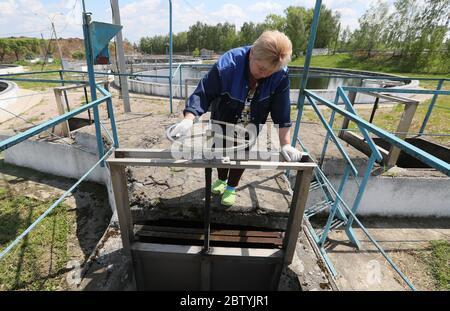Région de Moscou, Russie. 28 mai 2020. Un employé exploite des clarificateurs secondaires à l'usine de traitement d'eau de Shchelkovo. Traitant les eaux usées domestiques et industrielles de trois villes et de divers districts de la région, l'usine de traitement des eaux de Shchelkovo est la plus grande installation urbaine de la région de Moscou. Depuis 2019, la région de Moscou met en œuvre un projet de restauration à grande échelle visant à réduire de trois à la fin de 2024 la quantité d'eaux usées polluées rejetées dans la Volga. Crédit: Gavriil Grigorov/TASS/Alay Live News Banque D'Images