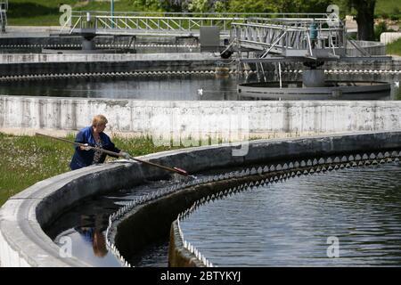 Région de Moscou, Russie. 28 mai 2020. Un employé nettoie un clarificateur à l'usine de traitement d'eau de Shchyolkovo. Traitant les eaux usées domestiques et industrielles de trois villes et de divers districts de la région, la station de traitement des eaux de Shchyolkovo est la plus grande installation urbaine de la région de Moscou. Depuis 2019, la région de Moscou met en œuvre un projet de restauration à grande échelle visant à réduire de trois à la fin de 2024 la quantité d'eaux usées polluées rejetées dans la Volga. Crédit: Gavriil Grigorov/TASS/Alay Live News Banque D'Images