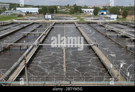 Région de Moscou, Russie. 28 mai 2020. Vue d'une installation biologique de traitement des eaux usées à l'usine de traitement des eaux de Shchyolkovo. Traitant les eaux usées domestiques et industrielles de trois villes et de divers districts de la région, la station de traitement des eaux de Shchyolkovo est la plus grande installation urbaine de la région de Moscou. Depuis 2019, la région de Moscou met en œuvre un projet de restauration à grande échelle visant à réduire de trois à la fin de 2024 la quantité d'eaux usées polluées rejetées dans la Volga. Crédit: Gavriil Grigorov/TASS/Alay Live News Banque D'Images