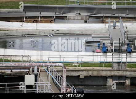 Région de Moscou, Russie. 28 mai 2020. Vue d'un clarificateur à l'usine de traitement d'eau de Shchyolkovo. Traitant les eaux usées domestiques et industrielles de trois villes et de divers districts de la région, la station de traitement des eaux de Shchyolkovo est la plus grande installation urbaine de la région de Moscou. Depuis 2019, la région de Moscou met en œuvre un projet de restauration à grande échelle visant à réduire de trois à la fin de 2024 la quantité d'eaux usées polluées rejetées dans la Volga. Crédit: Gavriil Grigorov/TASS/Alay Live News Banque D'Images