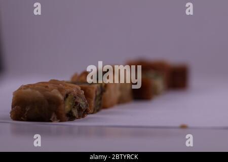20 octobre 2019 : un plateau de pâtisseries syriennes sucrées. Les desserts pâtissiers sont très populaires au Moyen-Orient, en Grèce, en Turquie et en Arménie. Ils ont tendance à être très doux, remplis de noix et souvent trempés dans du miel, du sirop, ou les deux crédit: Muhammad ATA/IMAGESLIVE/ZUMA Wire/Alay Live News Banque D'Images