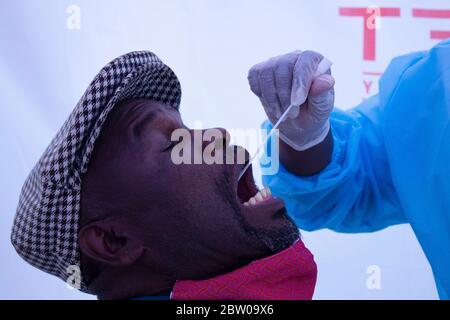 Johannesburg, Gauteng, Afrique du Sud. 26 mai 2020. Alexandra, Johannesburg, Afrique du Sud, UN laboratoire privé effectue des tests Covid-19 au Pan African Mall. « trop peu de gens se présentent pour les tests, Credit: Manash Das/ZUMA Wire/Alamy Live News Banque D'Images
