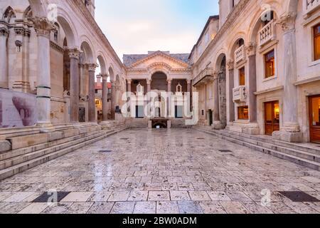 Peristyle, place centrale dans le palais de Dioclétien dans la vieille ville de Split, la deuxième plus grande ville de Croatie dans la matinée