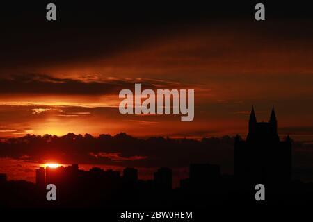 Moscou, Russie. 28 mai 2020. Le soleil se couche derrière la ligne d'horizon. Crédit : Sergei Fadeichev/TASS/Alay Live News Banque D'Images