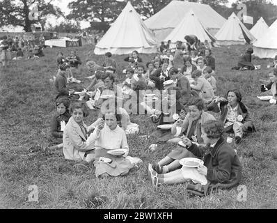 Les enfants réfugiés trouvent le bonheur loin de la guerre civile. Campé à Southampton. Après avoir aboyé du paquebot et une bannière qui les a amenés de la zone de la guerre civile à Bilbao, les 4000 enfants réfugiés espagnols ont été emmenés au camp spécial à l'extérieur de Southampton et ont reçu leur premier repas décent en plusieurs mois. Ils ont été présents sur le pain noir et dans la crainte perpétuelle d'un raids. Spectacles photo, rire des enfants réfugiés profitant de leur premier mois de repas décent au camp de Southampton aujourd'hui (dimanche). 23 mai 1937 Banque D'Images