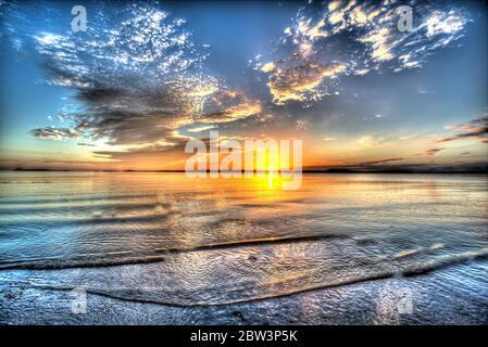 Île de Gigha, Écosse. Vue artistique du coucher de soleil sur le son de Gigha, avec l'île de Gigha en arrière-plan. Banque D'Images