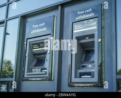 Distributeurs automatiques de billets isolés à l'extérieur du supermarché du Royaume-Uni. Distributeur de points de caisse extérieur britannique. « trou dans le mur » retraits d'espèces. Distributeurs automatiques de billets publics.