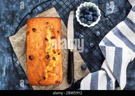 Délicieux fromage maison et gâteau de pain aux raisins sur fond bleu, vue de dessus Banque D'Images
