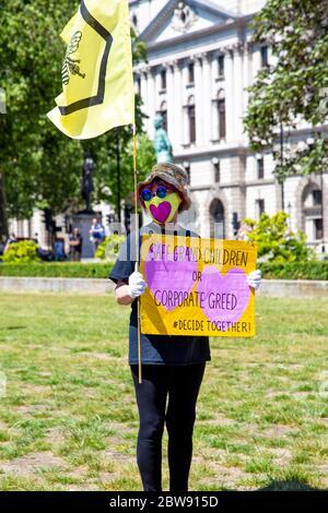 30 mai 2020 Londres, Royaume-Uni - extinction manifestation silencieuse de la rébellion contre le changement climatique à Westminster, des manifestants condamnés à des amendes et emmenés par la police pour avoir enfreint les règlements sur le coronavirus
