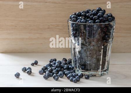 Les bleuets en verre avec des petits fruits. épars Bon plus pour le petit déjeuner