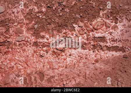 Fond naturel de sol craqué rouge. Terre séchée dans le bas de la porte. Banque D'Images