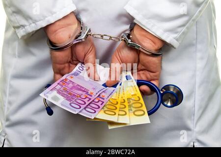 Ein Arzt mit Euro Geldscheinen und Handschellen, Schwarzgeld