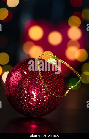Décoration de Noël et des ornements. Composition de Noël sur fond rouge brouillé