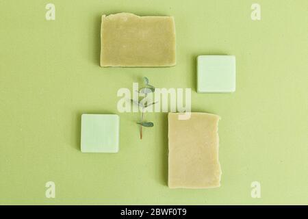 Soins organiques de la peau. Vert monochrome. Minimalisme. Pose à plat Banque D'Images