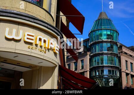 """La bijouterie allemande traditionnelle """"Wempe"""" (fondée en 1878) et la façade moderne du centre commercial """"Schadow-Arkaden"""" (ouverte en 1994)."""