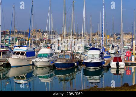 Port de Saint-Vaast-la-Hougue, commune de la presqu'île du Cotentin dans le département de la Manche en Basse-Normandie dans le nord-ouest de la France