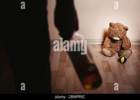Un parent ivre et un petit fils effrayé. Concept de violence contre les enfants. Agression dans la famille. Abus d'alcool. Violence domestique