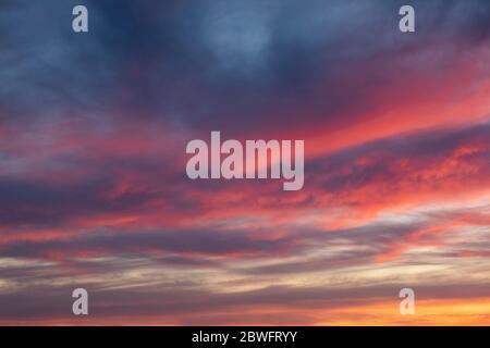 Vue sur le ciel avec nuages au coucher du soleil