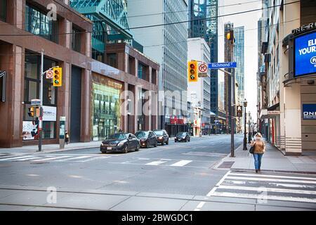 Toronto, Ontario, Canada - le 8 avril 2020 : centre-ville de Toronto pendant une pandémie de coronavirus. Rares passants-à côté de la rue de Toronto pendant la ruée notre.