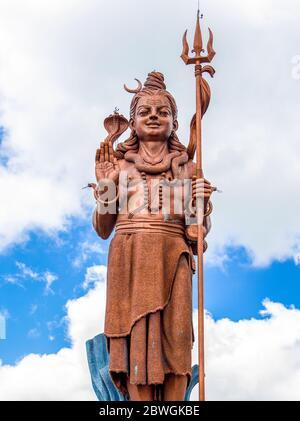 Statue de Shiva, dieu hindou, debout à l'entrée de Ganga Talao - Grand bassin lac le lieu hindou le plus sacré de l'île Maurice Banque D'Images