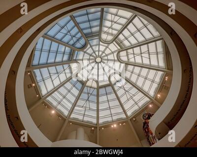 Plafond de ciel oculus du musée Solomon R. Guggenheim, New York, New York, États-Unis, conçu par Frank Lloyd Wright, Banque D'Images